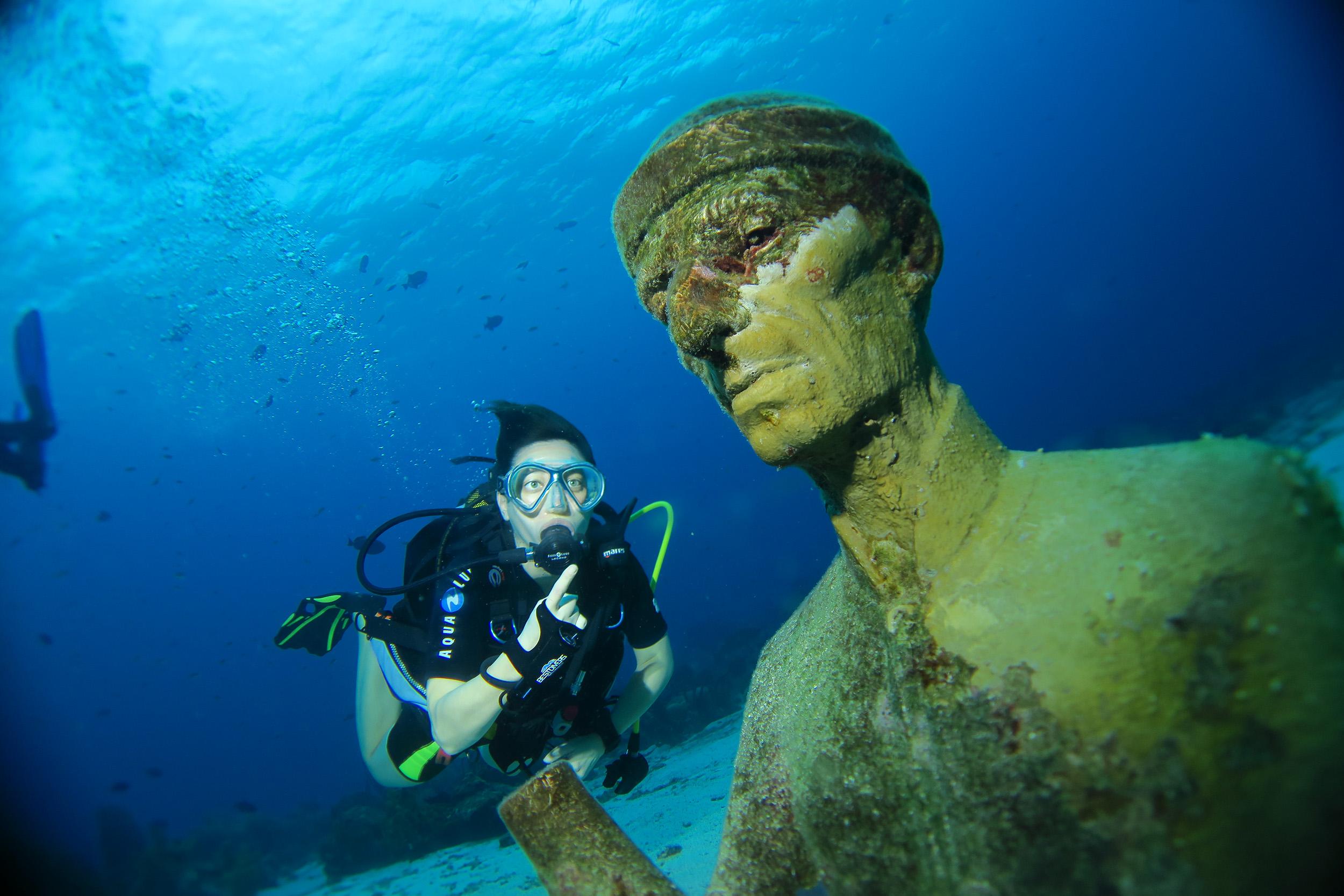 Buste de Jacques Yves Cousteau dans la Réserve Cousteau